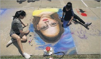 ?? 2017 File Photo ?? Try your hand at chalk art at Colorpalooza — you don't have to be a professional artist to take part in the creativity at this Lewisville festival.
