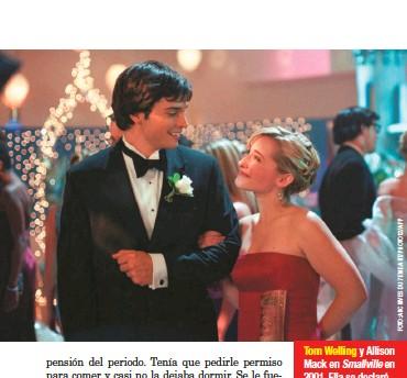 ??  ?? Tom Welling y Allison Mack en Smallville en 2001. Ella se declaró culpable por delitos de crimen organizado para reducir su sentencia, pero cree en la inocencia de Raniere y no muestra remordimiento por sus faltas.
