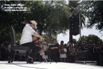 ??  ?? Close to the bridge: Yo-yo Ma performs on the Us-mexico border