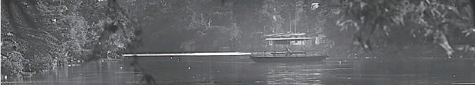 ?? DITE SURENDRA/JAWA POS ?? MASIH EKSIS: Perahu tambang masih beroperasi di daerah Gunungsari. Dalam sehari, operator perahu bisa membantu menyeberangkan ratusan warga.