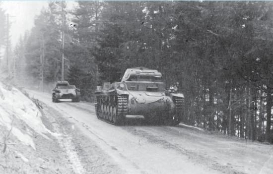?? Fotoutlån: Øyvind Leonsen ?? Vogner fra 3. kompani under fremrykning på Ringerike eller i Valdres, april 1940.