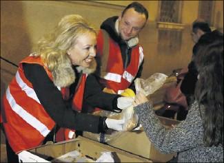 ?? (Photos Jean-François Ottonello) ?? À Nice, la princesse Camilla de Bourbon des Deux-Siciles a distribué assiettes garnies et sandwichs avec les bénévoles des Anges Gardiens.
