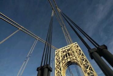 ??  ?? Sony A7R | 17 mm Canon TS, adaptiert | ISO 100 | f/10 | 1/160 s Grafische Wirkung Washington Bridge, New York: Die nach oben geschwenkte Kamera mit 17-mm-Weitwinkel betont die grafische Wirkung der Stahlrohre und -seile vor dem blauen Himmel. Die späte Nachmittagssonne beleuchtet den oberen Teil des Pfeilers der Washington Bridge.