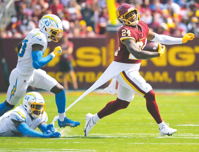 ?? PHOTOS BY JOHN MCDONNELL/THE WASHINGTON POST ?? Running back Antonio Gibson finished with 90 rushing yards on 20 attempts Sunday, but he lost a fumble deep in Washington territory that led to the Chargers' go-ahead touchdown in the fourth quarter.