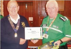 ??  ?? ●● Lions president John Williams (left) and John Bradbury from St John Ambulance, Macclesfield