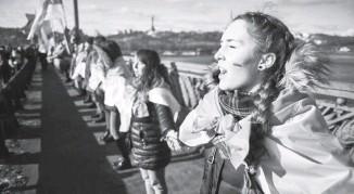 ??  ?? Живий ланцюг до Дня Соборностi у столицi минулого року. Фото з сайта bigkyiv.com.ua.