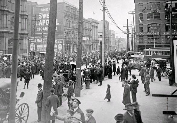??  ?? An anti- conscription parade at Victoria Square, Montreal, on May 24, 1917.