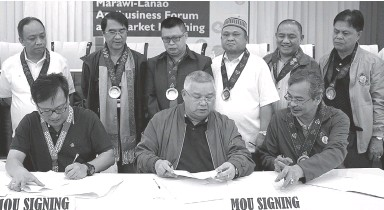 ??  ?? SIGNING the agreement with Lanao del Sur Gov. Mamintal Adiong Jr. (center), are Elbert Muñasque, mill manager of New Tech Pulp, and Kenney Costales, executive director of the Philippine Fiber Industry Development Authority. The agreement identifies abaca as one of the products that he province will develop. PR