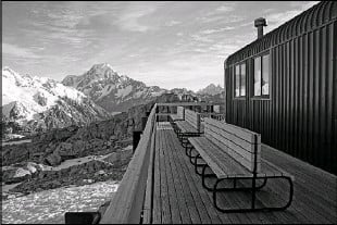 ??  ?? A view from the deck at Mueller Hut shows the unpredictable snowfields of the Southern Alps.