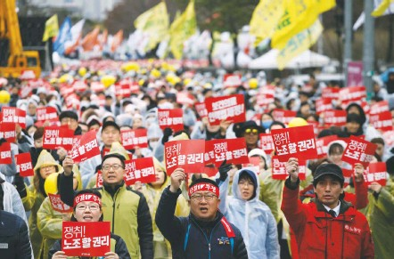 ?? WOOHAE CHO/GETTY IMAGES ?? South Korea's labor unions, which held a one-day strike last month, have accused the president of backtracking on pro-labor policies.