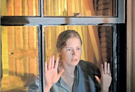 ?? FOTO: MELINDA SUE GORDON/AP/NETFLIX ?? Paranoia und Verdächtigungen: Amy Adams spielt eine Frau, die an einer Angststörung leidet.