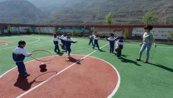??  ?? 小学生在中国石化援建的布楞沟小学操场上玩耍。