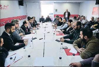 ?? PSC ?? Cita en El Prat En el primer día de la campaña para el 21-D, el candidato del PSC, Miquel Iceta, habló ayer de paro y precariedad en una reunión con empleados y sindicalistas del aeropuerto en la sede de la agrupación socialista en El Prat