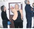 ??  ?? Maria Fassbender führt Gäste durch das Äskulap-Infozentrum.