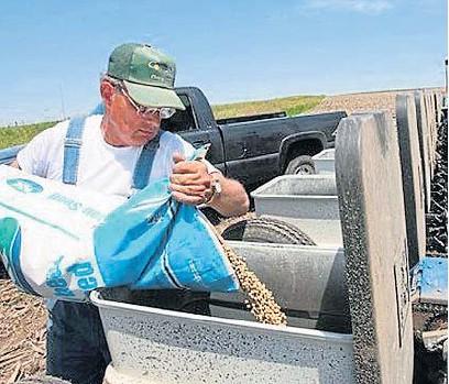 ?? CLARÍN ?? TAREA COMPLICADA. La siembra de soja avanza en Estados Unidos, en un escenario de restricción hídrica.
