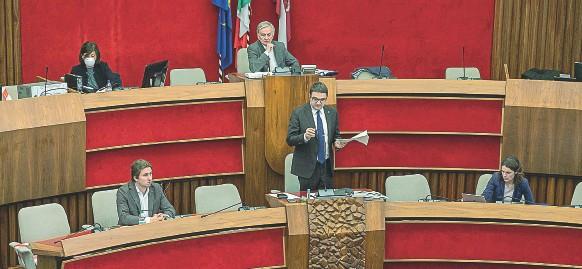 ??  ?? In Aula Al centro il presidente della Provincia Maurizio Fugatti. Il 21 ottobre sono trascorsi esattamente due anni dalle elezioni provinciali che l'hanno portato in Piazza Dante