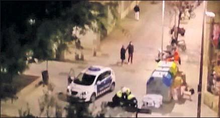 ??  ?? Los mossos d'esquadra retienen en el suelo al joven dominicano para su completa inmovilización