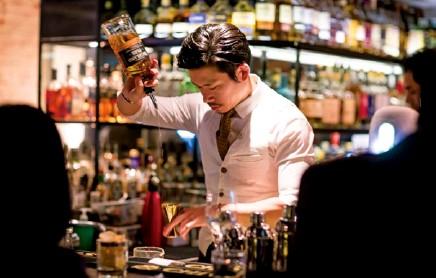 ??  ?? 左页及本页:墨尔本的Boilermaker House; Alchemy Bar由明星级调酒师Angus Zou经营