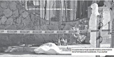 ?? Fotos: Staff AM ?? El cuerpo de la mujer quedó tirado a unos metros de la Parroquia de Guadalupe. /