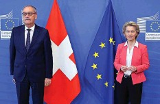 ?? Foto: Keystone ?? Seit dem Scheitern des Rahmenabkommens gibts Nadelstiche von der EU: Guy Parmelin mit Ursula von der Leyen.