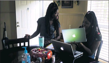 ?? PETE KIEHART/THE NEW YORK TIMES ?? Shekinah Lennon and her sister, Orlandria, try to connect to an online science class Oct. 29 from their home in rural Orrum, North Carolina.