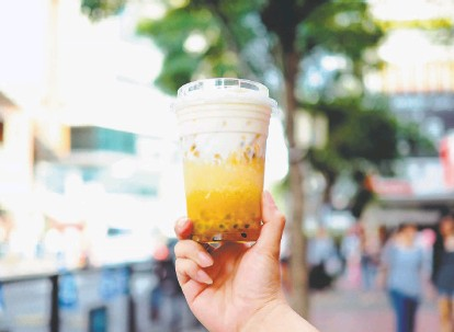 ?? Theerawan Bangpran / Getty Images ?? This passionfruit tea sports a top layer of cheese foam made from milk, cream cheese and salt for a decadent splash.