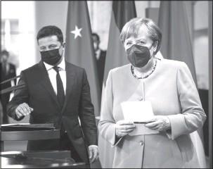 ??  ?? Президент України Володимир Зеленський і канцлер Німеччини Анґела Меркель вийшли до журналістів перед переговорами. 12 липня 2021 року, Берлін, Німеччина