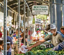 ??  ?? With over 100 vendors, the Fulton Street Farmers' Market in Grand Rapids boasts a diverse range of local foods.