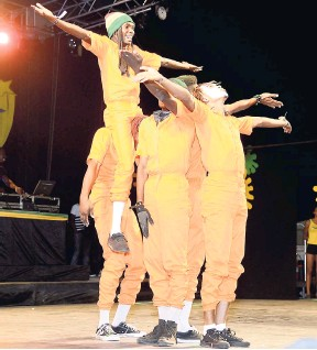 ?? GLADSTONE TAY­LOR/PHO­TOG­RA­PHER ?? Str8 Edge Clas­sic Dancers from Kingston are the 2015 World Reg­gae Dance Cham­pi­ons.