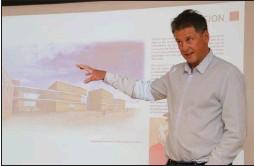 ??  ?? Rådmann Bjørn-atle Hansen informerer her formannskapet om utredningen som kommunen har fått utarbeidet som viser muligheten for å få realisert fødeavdeling og akuttilbud ved å bygge ut Klinikk Alta. (Foto: Jarle Mjøen)