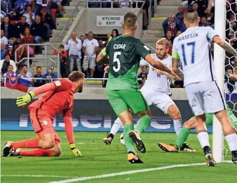 ?? Foto Radovan Stoklasa/Reuters ?? Šlamparija Benjamina Verbiča je bila usodna za poraz Slovenije v Trnavi.