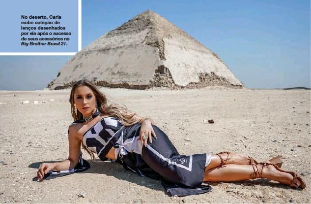 ??  ?? No deserto, Carla exibe coleção de lenços desenhados por ela após o sucesso de seus acessórios no Big Brother Brasil 21.