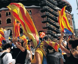 ?? /Reuters ?? Banned vote: Students wear Esteladas (the Catalan separatist flag) during a demonstration in Barcelona, Spain. Catalan separatists urged supporters on Thursday to defy Spanish government efforts to block an independence referendum on Sunday.