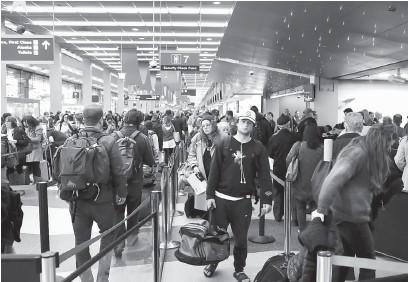 ?? — Gambar AFP ?? GANGGUAN CUACA: Orang ramai menunggu giliran untuk pemeriksaan keselamatan di Lapangan Terbang Antarabangsa O'Hare di Chicago, Illinois kelmarin, antara hab paling sibuk menjelang minggu-minggu Krismas dan Tahun Baharu.