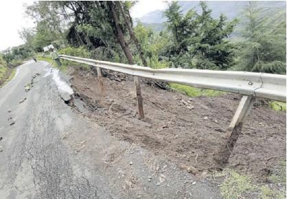 ?? /JOSEPH KANGOGO ?? Landslide along Kiptagich-sacho-eldama Ravine road in Sacho ward, Baringo Central, on Thursday
