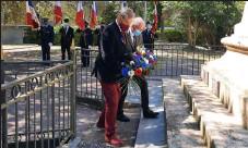 ??  ?? Dépôt de gerbe au pied du monument aux Morts par René Tillet, président de L'AMMAC et Dominique André, président du Souvenir Français