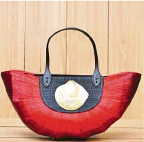 ??  ?? Ric Jo International Enterprise's buntal bag with shell accent for GOLOKAL! at Kultura.