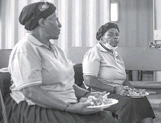 ??  ?? A elderly woman at the Sincedeni Elderly Centre eats a meal prepared with food rescued by Chefs with Compassion in Eldorado Park, Johannesbu­rg.