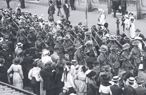 ??  ?? HISTORIC IDEAL: Young Queensland soldiers march along Queen St, Brisbane, in 1914 before leading the Anzac assault.