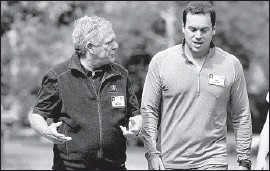 ?? Scott Olson Getty Images ?? CBS has suspended its search for a permanent successor to ousted CEO Leslie Moonves, shown at left in 2015 with his interim replacement, Joseph Ianniello.