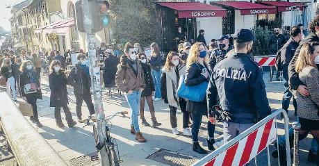 ??  ?? Controlli Milano, ingressi contingentati e agenti di polizia ieri sui Navigli dopo gli affollamenti e il rave party illegale di sabato sera
