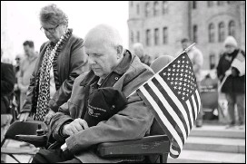?? CHRISTOPHER DOLAN / STAFF PHOTOGRAPHER ?? Former Scranton Mayor and Vietnam veteran David Wenzel bows his head Monday during an opening prayer at the annual Koch-conley American Legion Post Veterans Day Program on Courthouse Square in Scranton.