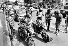 ?? diego pallero / el comercio ?? Militares y agentes de tránsito efectuaron ayer un operativo de control de armas y documentos en La Marín.