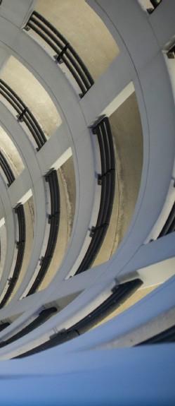 ??  ?? Neben Aufnahmen unter freiem Himmel inszeniert Cindy Winterfeldt ihre mobilen Motive auch gerne im Parkhaus. Dieses Autofoto überzeugt durch den Blick von oben, den komplementären Blau-gelb-kontrast zwischen dem Kunstlicht im Vordergrund und dem Suzuki Swift Sport im Brennpunkt sowie den zur Bildmitte zusammenlaufenden Linien der Architektur.