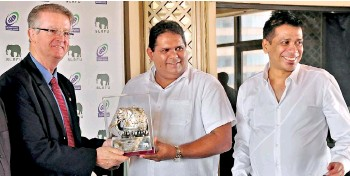 ??  ?? Gunaratne presenting a memento to Bernard Lapasset, the former IRB President, when he visited Sri Lanka in 2013 along with the intended SLR President Rizly Illyas (R) - File pic Amila Gamage