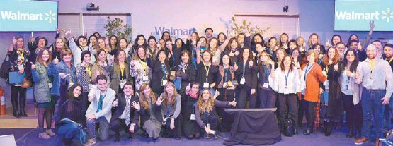 ??  ?? Carmen Román, gerente Legal y de Asuntos Corporativos de Walmart Chile, junto a las emprendedoras Laura Lombardi, Alejandra Ayres y Javiera Osorio.