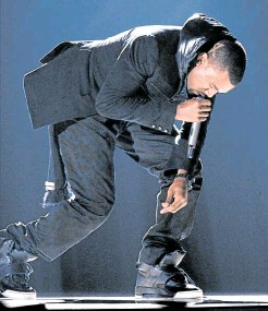 ??  ?? Kanye West performs at the 2008 Grammy Awards in Los Angeles wearing the Nike Air Yeezy 1 Prototypes.