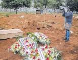 ?? VICTOR MORIYAMA ?? Un solitario entierro en el Cementerio de Vila Formosa. San Pablo, (Brasil).