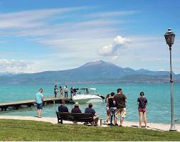??  ?? Al lago Nonostante una leggera ripresa durante il mese di agosto, gli alberghi della zona del Garda hanno registrato una perdita di fatturato attorno al 55 per cento rispetto all'anno passato