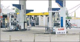 ??  ?? A petrol pump in Kurukshetra that suspended sale of fuel on Monday in response to the statewide call for an indefinite strike by the All Haryana Petroleum Dealers' Association. HT PHOTO